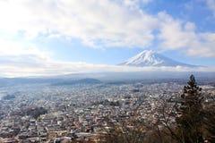 Moln vinkar på himmel med bästa sikt av fujiyamamonteringen Arkivfoto
