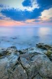 Molnatradusies i spegelyttersidan av havet Arkivbild