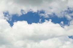 Molnbakgrund för blå himmel Arkivfoto