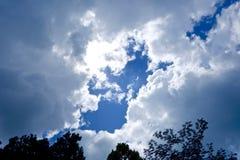 Molnbildande i himlen Arkivfoto