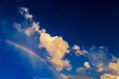 Molnblicken som hund går på regnbågen med ljus blå himmel royaltyfria foton