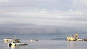 Molnen flyttar sig över vattnet och skeppen nära ön Andreev lager videofilmer
