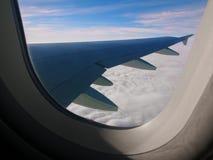 Molnen, himmel och vingen royaltyfri fotografi