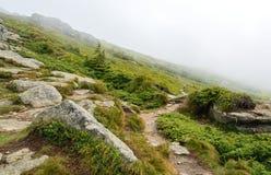 Molnen i bergen Arkivfoto