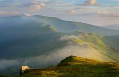 Molnen i bergen Arkivfoton