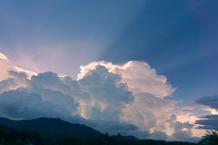 Molnen och den blåa himlen Fotografering för Bildbyråer