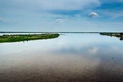 Molnen reflekteras i vattnet av Magdalena River colombia royaltyfri foto
