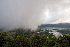 Molnen rullar Miradouroen gör över Pico da Barrosa, Sao Miguel, Azores fotografering för bildbyråer