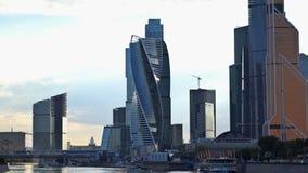 Molnen som svävar över skyskraporna av den internationella affärsmitten för Moskva och den Bagration bron UHD stock video