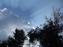 Molnet fördelar strålarna till sidorna Arkivfoton