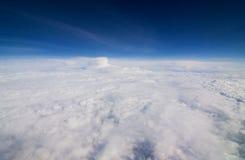 Molnet och den blåa himlen Arkivfoto
