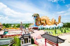 Molnet ovanför den Suphanburi staden med trevlig himmel Arkivbild