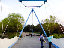 Molnet seglar bron Arkivbilder