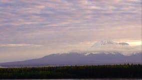 Molnflyttning ovanför berg i Wrangell-St Elias Preserve arkivfilmer