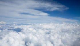 Molnhimmel från flygplanfönster Royaltyfri Bild