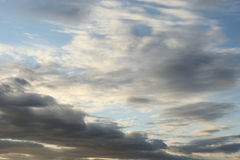 Molnhimmel på solnedgången Arkivbild