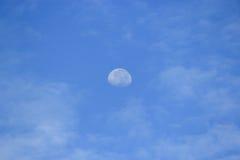 Molnhimmeldag och månen Royaltyfria Foton