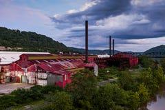 Molnig övergiven aftonsikt - rulla stålBenwood arbeten Royaltyfri Fotografi