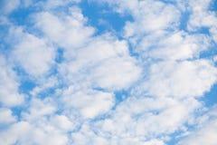Molnig abstrakt begreppbakgrund för blå himmel Royaltyfri Bild