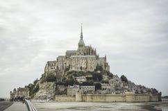 Molnig afton i Mont Saint Michel Royaltyfria Bilder
