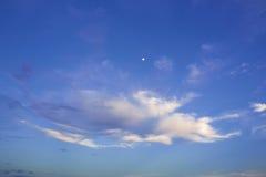 Molnig aftonhimmel och månen Royaltyfria Foton
