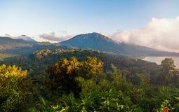 Molnig bergsjö Royaltyfri Bild