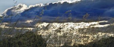 molnig bergskysolnedgång Fotografering för Bildbyråer