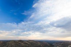 Molnig blå himmel över Rolling Hills i öken Royaltyfri Foto