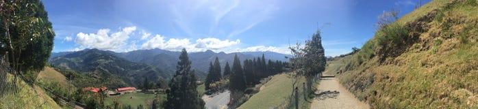 Molnig blå himmel Mountain View i den Cingjing lantgården royaltyfri fotografi
