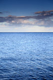 Molnig blå himmel som lämnar för horisontblått, ytbehandlar havet arkivbild