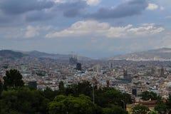 Molnig dag över Barcelona och Segrada Familia Arkivfoton