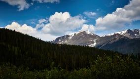 Molnig dag i Rocky Mountains Fotografering för Bildbyråer