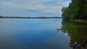 Molnig dag på floden royaltyfri foto