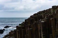 Molnig dag på jättes vägbank som är nordlig - Irland fotografering för bildbyråer