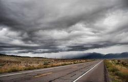molnig dark över vägskyen Royaltyfri Bild