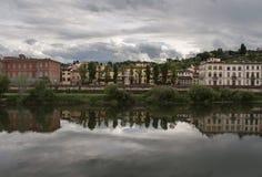 Molnig eftermiddag ovanför floden och staden Florence Italy Royaltyfri Fotografi