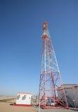 molnig by för kommunikationsskytorn Royaltyfria Bilder