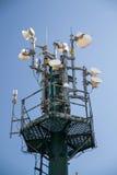molnig by för kommunikationsskytorn Arkivfoto