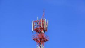 molnig by för kommunikationsskytorn Arkivfoton