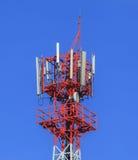 molnig by för kommunikationsskytorn Royaltyfri Fotografi