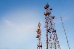 molnig by för kommunikationsskytorn Arkivbild