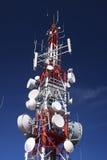molnig by för kommunikationsskytorn Royaltyfri Bild