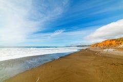 Molnig himmel över en central Kalifornien strand royaltyfria bilder