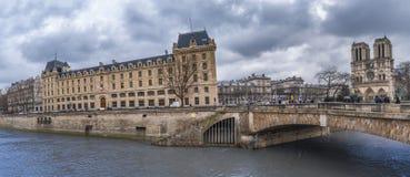 Molnig himmel över franska byggnader och Seine Arkivfoton