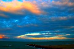 Molnig himmel över havet och en sandig strand fotografering för bildbyråer