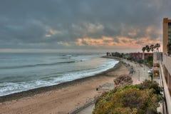 Molnig himmel över konkret strandpromenad Royaltyfri Fotografi