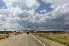 Molnig himmel över vägen under konstruktion Tavrida i Krimet royaltyfri bild