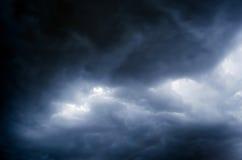 Molnig himmel för storm, innan att regna Arkivfoto