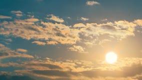 Molnig himmel för Tid schackningsperiod med solen stock video