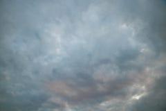 Molnig himmel i afton Arkivbilder